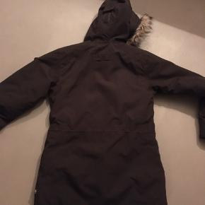Fjällräven Nuuk Parka.  Kvali jakke/ frakke i dyb mørkebrun.  Er brugt sparsomt, så i den gode ende af kategori. Ingen huller eller pletter.  Pels kan lynes af. Fine lomme detaljer.  Passer både s og m - jeg er 179 høj og passer den. Den går ned over numsen bagpå.  Nypris 3700kr  Minimum pris er 2000 Sender m dao