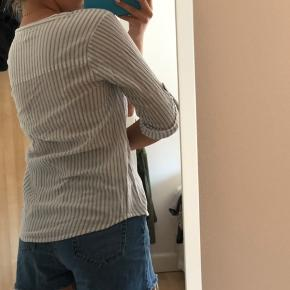 Stribet skjorte/trøje fra Second Female i en str. m - den er lille i størrelsen. Perfekt til sommer.  Køber betaler fragt.