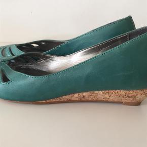 Varetype: Pep toe Farve: Turkis Oprindelig købspris: 499 kr.  Kæk sandal i turkis læder med åben tå og lille kinahæl i kork.   Klik på foto ved 'mød sælgeren', og se alle mine fine ting🌸