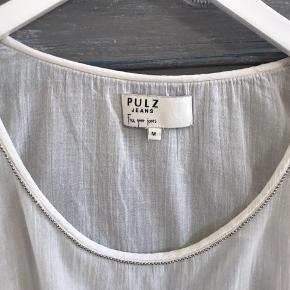 Let transparent bluse med fin perle-dekoration langs halsudskæring.  Farven er offwhite.  Den kan snøres op på begge sider af ærmerne og i sidesømmen.  Se også lige mine andre annoncer og gør en samlet god handel ☀️  #30dayssellout
