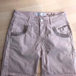 Lækre shorts med palietter Kun brugt et par gange  Str 27