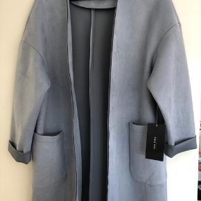 Helt ny trøje/jakke fra Zara stadig med prismærke og derfor aldrig brugt. Flot jakke i støvet blå og i lækkert blødt materiale.  Str XS. Jeg bruger normalt S og passer kig perfekt så vil sige den er lidt til den store side størrelsesmæssigt.