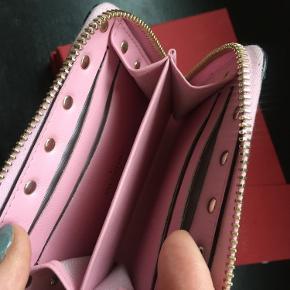 Fin lyserød pung med plads til både kort og mønter/nøgle🌸. Der medfølger æske og kvittering fra FF2 i Aarhus. Oprindelig pris 2.450 kr. Kan hentes i Holte eller sendes (køber betaler fragt og TS-gebyr). 🌸