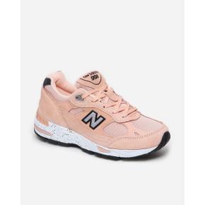 Sælger disse smukke New Balance i farven peach parfait. De er fra New Balance X NAKED samarbejdet. Ny pris var 1650,-. Str 36,5. Kasse og det hele følger med, de er brugt få gange og står i den flotteste stand 🍑. #trendsalesfund
