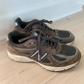 New Balance 990 sneakers i armygrøn. Str. EU 41 / US 9,5   Brugt få gange - og fremstår i flot stand.  Nypris - 1850 kr.  Sælges for 850 kr