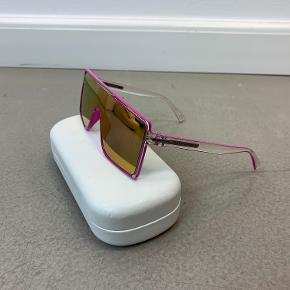 OBS! Privatbeskeder og kommentarer besvares ikke. Prisen er fast.  Super seje solbriller fra Marc Jacobs i pink. Solbrillen har meget få ridser og fremstår generelt flot.