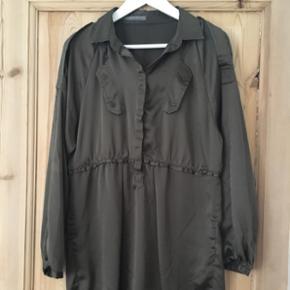 Skjortetunika fra Zara.  Militærgrøn. Fejlkøb -  Aldrig brugt.  str M/L. BYD ☺️