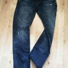 """Mega seje jeans (Bleeker) Slim Fit fra Tommy Hilfiger. Aldrig brugt i andet end prøverummet.  Farve: Slidt blå - Se fotos Ny pris: 1100,- Brand: Tommy Hilfiger Størrelse: 34/32"""" Søgeord: Bukser - cowboybukser  Se også mine andre annoncer med mærkevarer af meget høj stand og lave priser til både manden og kvinden."""