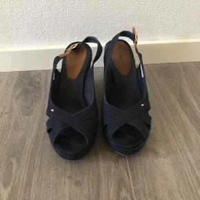 Flotte sandaler, brugt få gange da de er for høje til mig.  Almindelig str 42  Bytter ikke