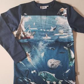 T-shirt med Antarktis dyr foran. Mørkeblå bagpå. Ny (uden mærke). Str 140.    Køber betaler evt porto. Forsendelse med Dao koster 38 kr.