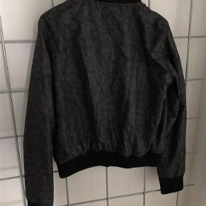 Vila bomber jakke med grålig leopardmønster sælges. Mærket er taget af, men har ikke brugt jakken.