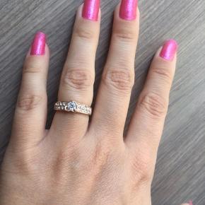 Sød rosegold ring. Jeg ved ikke hvad den er lavet af, men den har et stempel indeni. Måler ca. 1.58cm i indvendig diameter.