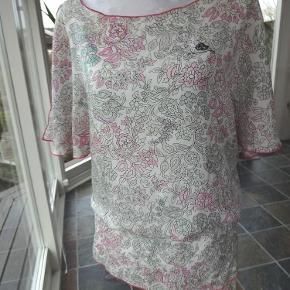 Varetype: Tunika af silke - så fin og feminin Farve: Multi  Så fin og feminin silketunika fra Fornarina - str. S Kan også bruges som kjole - se billeder :-)  Farverne er: Creme med mønster i svag pink og lysegrøn (sorte aftegninger)  100% silke  Brystvidde: 49 cm x 2 Hel længde (som kjole): 90 cm  Brugt 1 x - Som ny!