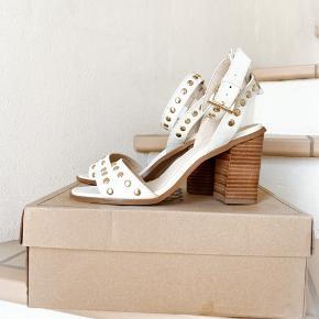 """Fineste heels, med """"guld"""" nitter - skoen har været brugt én enkelt aften, så i flot stand   Fra et røgfrit miljø"""
