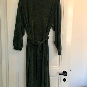 Flot kjole med 3/4 ærmer. Kan både bruges med og uden bindebånd.  Længde ca. 109 cm.  Måler ca. 61 cm over brystet og ca. 70 cm i bredden nederst.  Bytter ikke!