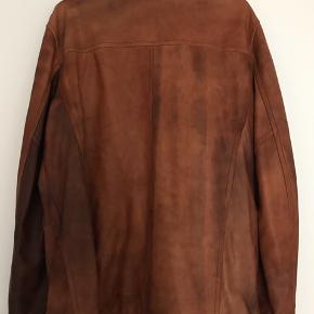 Super fed læderjakke af høj kvalitetslæder. Den er fra Marlboro Classics og er købt for ca. 3.000kr, den produceres ikke længere og er meget unik.  Den er kun blevet brugt 2-3 gange og fejer INTET. Den kommer fra et røgfrit hjem. Jeg sender gerne.     Søgeord: vintage, retro, læderfrakke, mærkevare, vintage retro læderjakke