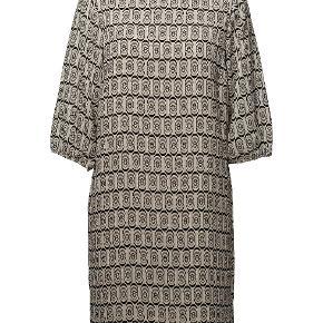 Så flot kjole i creme og sort. Kun brugt 1 gang og ikke vasket, kun luftet. Nypris var 500,-. #30dayssellout