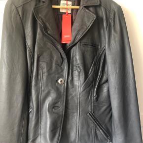 Fin jakke fra esprit. Aldrig brugt og stadig med mærke. Farven er mørkegrå..