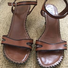 Er desværre nødt til at skille mig af med alle mine stiletter, da jeg har fået en skade i hoften. 😢 Disse er fra Brasilien, den ene har et lille hak på hælen, som ikke ses, når man har dem på.  Jeg har haft dem på få gange. Lider ikke af fodsved, så de er rene.