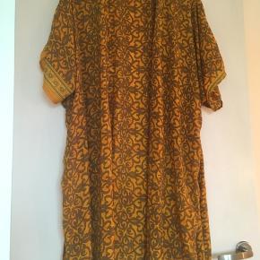 Den smukkeste håndsyede kimono med bindebånd i 100 % silke. Kan både bruges som morgenkåbe og kjole. Minder meget om kimonoerne fra Sissel Edelbo. Passer en small-large.   #trendsalesfund