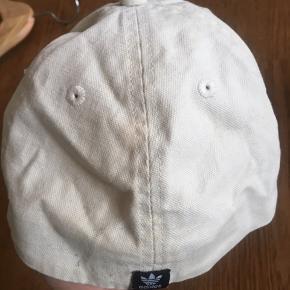 Creme hvid kasket med mørkeblåt logo. Brugt men fin stand. Købt i slutningen af 90'erne/start 00'erne. Har misfarvning bagpå (se billeder)   #trendsalesfund