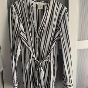 Flot skjorte med bindebånd i taljen.  Hvid/grå striber 😊