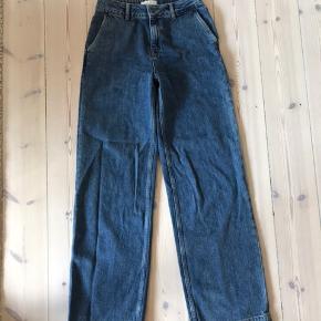 Jeans med høj talje og brede bukseben.