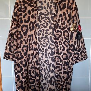 Leopard kimono med detalje på ærmet Størrelse M - kan bruges af XS til L Brugt en gang