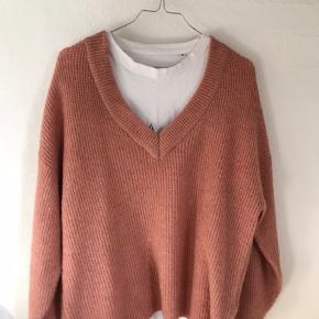 Jeg er selv størrelse M, men er fed som oversize. Brugt 1 gang. Oversize sweater i lyserød, mega lækker og blød.