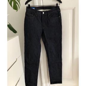 Acne Studios Blå Konst  Model: South Virkelig fine rå-denim jeans i Indigo, med et boyfriend/straight leg fit.  Aldrig brugt og stadig med tag.  Størrelse 29/32 (små i størrelsen)  Handler gennem Tradonos handelssystem. Tøjet sendes med DAO.
