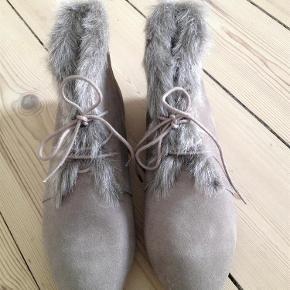 Varetype: Sko med pels Farve: Beige Oprindelig købspris: 380 kr.  Fine, lave sko med snørebånd fra Topshop. Skoene har en kant med pels (Imiteret pels). Farven er beige/grå. Skoene har aldrig været brugte.  Jeg bytter ikke.  Ved TS-handel lægges 5% oveni prisen.  Køber betaler porto. Sendes som almindeligt brev via Post Danmark, eller via DAO for 37 kr.