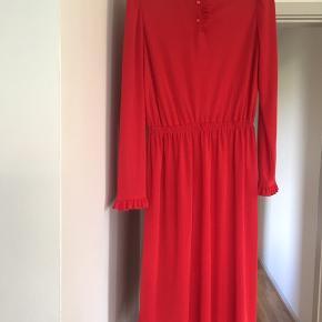 Fin vintage kjole, som har købt her. Desværre er den for stor til mig (jeg bruger 36 og denne svarer til 36-38)