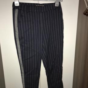 Bukser fra ZARA i størrelse S, ikke brugt særlig meget, da de er lidt løse. De passer mere til en størrelse M