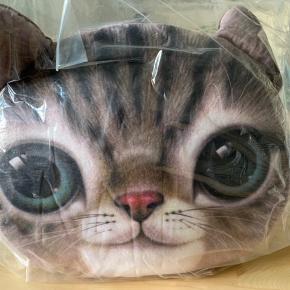 """Crazy Cat Pillow, Cutie fra Spralla. """"This takes the Crazy Cat Lady to a new level!"""" Betrækket kan tages af puden og vaskes. Aldrigt været ude af posen, som stadigt er forsejlet."""