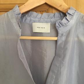 Pæn lyseblå kjole med v-udskæring og flot pasform. Bud er velkomne🙂