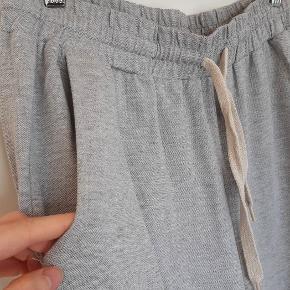 Lækre bløde joggingbukser i størrelse 12(40) af mærket One Day tall (ekstra lange i benene), købt på asos. Aldrig taget i brug.  Fra dyre- og røgfrit hjem.