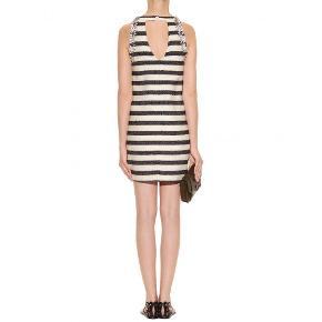 Varetype: kjole Chyrel boucle sten stribet Farve: Multi  Jeg sælger denne fine kjole fra By Malene Birger. Der står ikke størrelse i kjolen, men jeg bruger normalt 32-34 i Malene Birger. Kjolen kan ses den er brugt, da der er nogle løse tråde og sten/perler som er faldet af. Dette kan ses på billederne.  Kjolen sælges for 250 + porto eller kan afhentes på Østerbro :-)