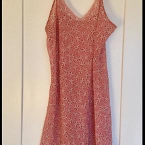 Fin og feminin rosa natkjole med justerbare stropper. Kan sendes som brev eller med GLS.