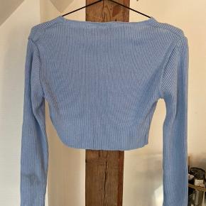 Cropped sweater af mærket Reclaimed Vintage. Brugt en gang. Nypris 245 kr