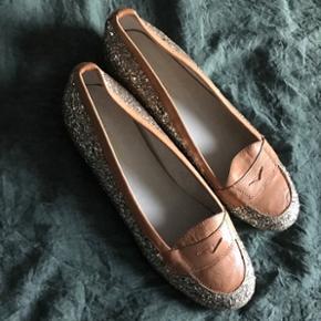 Ubrugte sko fra Sofie Schnoor med guldglimmer.  Str 38. Købt for 399kr, men har kostet 1099kr fra ny. Sælges for 200kr