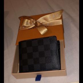 Sælger denne Louis Vuitton pung, da jeg har købt mig en kortholder.  Fejler ingenting brugt få gange.   Nypris 3250kr   I er velkommen til at smide et bud