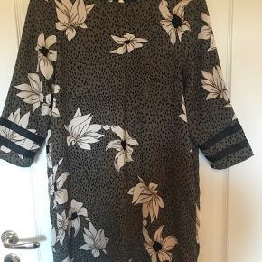 Flot kjole. Stor i størrelsen så den passer en 38. Rigtig fin kvalitet Ved køb af flere ting kan der fåes rabat. Sender gerne på købers regning. Spørg for flere billeder.