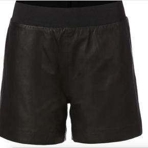"""""""Stella"""" Shorts, Munderingskompagniet MDK, str. 36, Sort, 100% lammeskind, Næsten som ny  Shorts i lammeskind med elastik i taljen. Stadig i butikkerne. Shortsene er størrelsessvarende og næsten som nye. Kan også bæres med strømpebukser under   NP 1500  BYD!"""