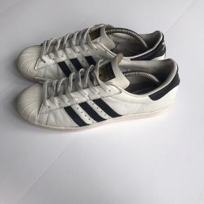 Adidas superstar sneakers Hvid Str 44 2/3 (Kun brugt en håndfuld gange til sport, derfor slid på højre sko. Ellers god stand)