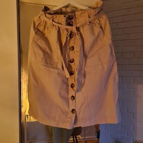 Flot nederdel der kan bindes  Aldrig brugt kun prøvet på.  Til str. L eller XL