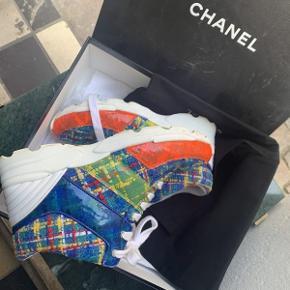 Nyere Chanel Sneakers i farverigt tweed.  Der medfølger original æske og dustbag.  Skoene fremstår i fin brugt stand med brugsspor.  Skoene er størrelse 37.