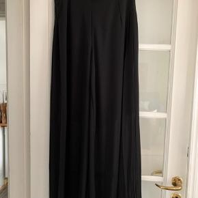 Flotte bukser som ser ud som nederdel. I noget chiffon agtig stof. 2 lag hvor inderste lag kun når til midt på låret. Har aldrig været på. Købt for lille. Kan sende - du betaler fragten.