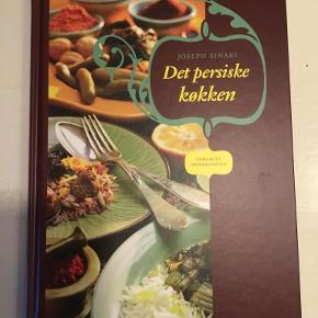 Det persiske køkken   Fra sit hjemlands køkken præsenterer den herboende iraner Joseph Sinaki opskrifterne til den første grundlæggende kogebog om det persiske køkken på dansk. Det persiske køkken er kendt for dets sans for æstetik og sarte leg med smagsløgene og er derfor, i modsætning til det arabiske køkken, ikke overvældende stærkt krydret.     De fleste retter er baseret på en kombination af ris og grønsager, kalv, lam, kylling, fisk og ikke mindst brugen af velduftende urter og milde krydderier som safran og kanel. Et andet kendetegn er den udbredte brug af nødder, lime, kvæde, granatæble, sveske, abrikos og rosin. I bogen finder man opskrifter på de mest populære retter, både småretter og hovedretter, men også et udvalg af de mest karakteristiske desserter.  Indbundet på dansk  Se også mine andre annoncer og spar evt. på portoen :)