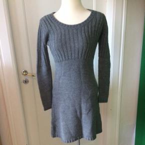 Str. 36-38 - klassisk kjole i 50% uld til de knap så lune dage. Sælges billigt grundet sæsonen :)