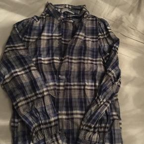 Så fin blå/hvid/sort ternet skjorte/skovmandsskjorte fra Mango i str S. Aldrig brugt, super flot i farven. Normal i størrelsen.  Nyprisen var omkring 250 kr.   Hvis den skal sendes, betaler køber fragt.  Mvh Betina Thy